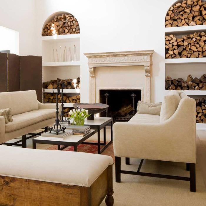 оригинальный интерьер комнаты со спилами дерева