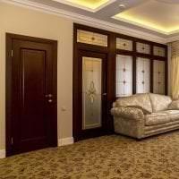 деревянные двери в интерьере комнаты картинка