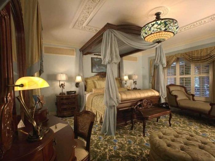 красивый интерьер гостиной в викторианском стиле