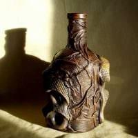 вариант светлого декорирования бутылок из кожи своими руками картинка
