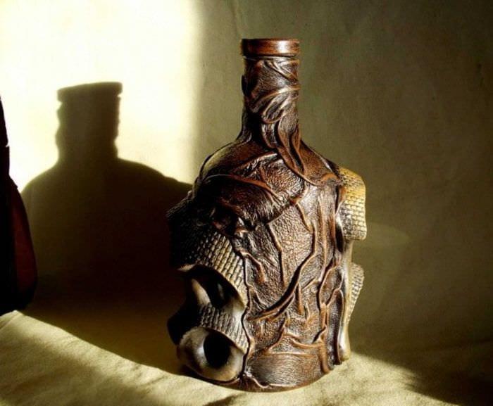 вариант шикарного декора бутылок из кожи своими руками