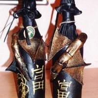 вариант оригинального украшения стеклянных бутылок из кожи своими руками фото