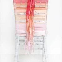 вариант яркого украшения стульев картинка