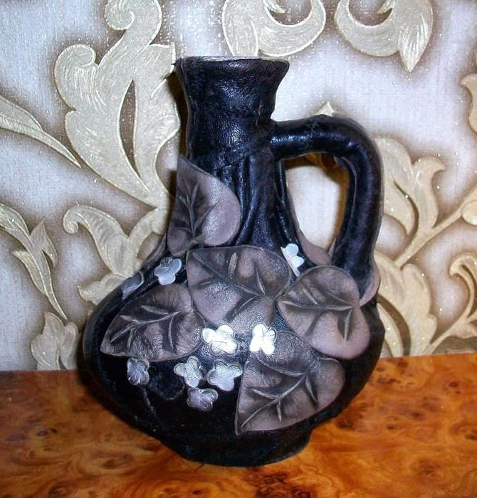 вариант оригинального декорирования стеклянных бутылок из кожи своими руками