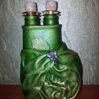 идея светлого декорирования бутылок из кожи своими руками картинка