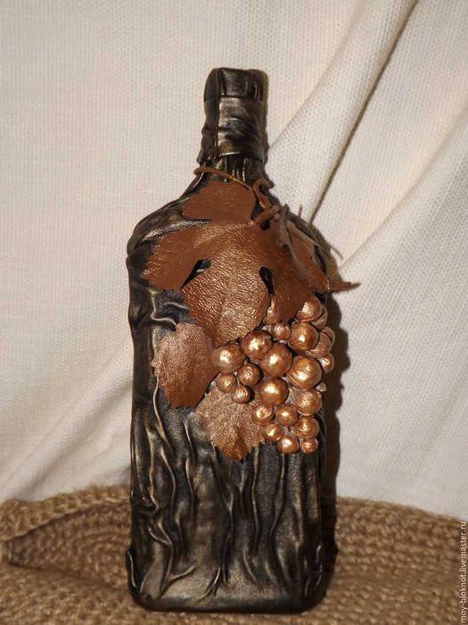 вариант красивого украшения бутылок из кожи своими руками