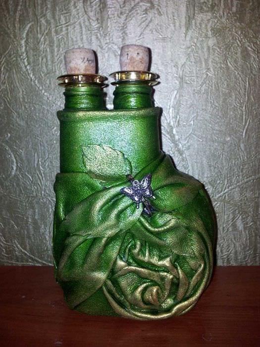 вариант светлого декорирования стеклянных бутылок из кожи своими руками
