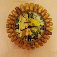 вариант яркого декорирования настенных часов своими руками картинка