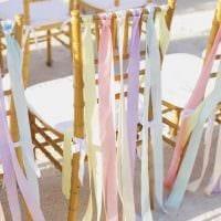 вариант оригинального украшения стульев фото