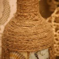 идея красивого украшения бутылок шпагатом картинка