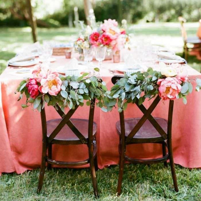 идея красивого декорирования стульев своими руками