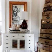 светлый дизайн спальни со старыми чемоданами фото