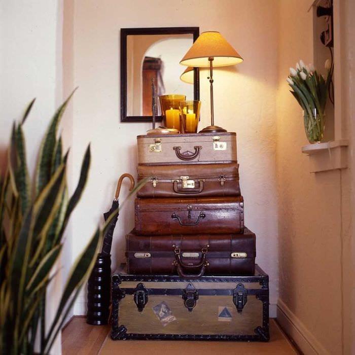 оригинальный интерьер спальни со старыми чемоданами