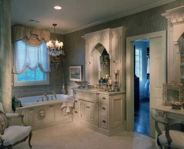 яркий интерьер спальни в викторианском стиле
