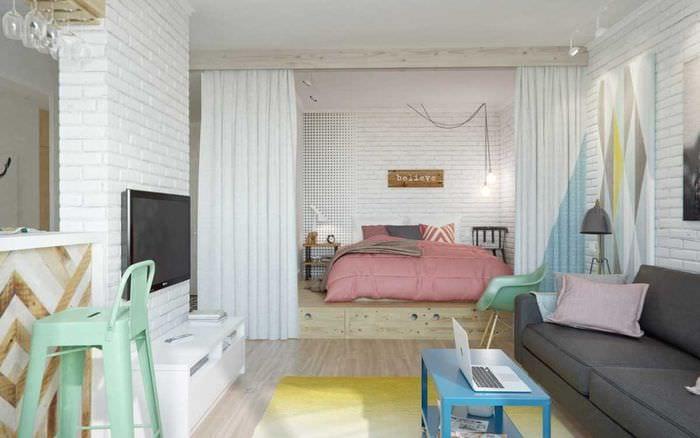 яркий интерьер спальни и гостиной в одной комнате