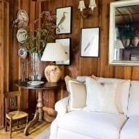 оригинальный интерьер гостиной со спилами дерева фото