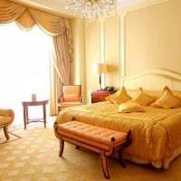 необычный интерьер гостиной в горчичном цвете картинка