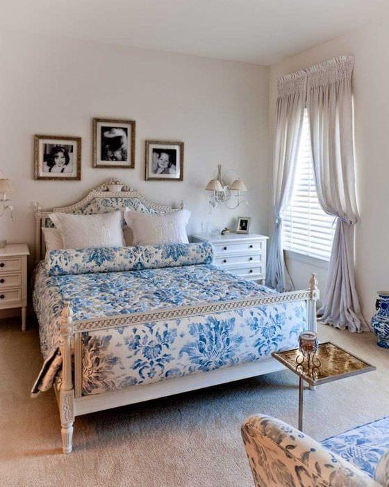 яркий интерьер гостиной в голубом цвете