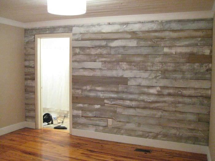 светлый интерьер комнаты со старыми досками