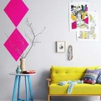 красивый интерьер гостиной в горчичном цвете картинка