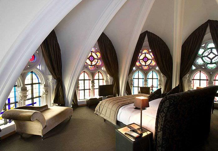 необычный фасад квартиры в готическом стиле