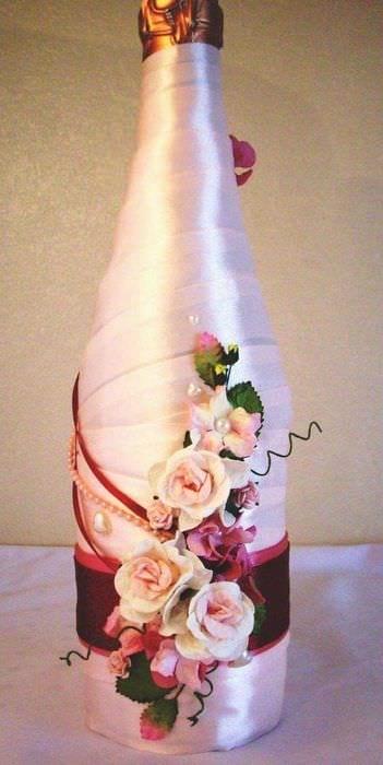 красивое украшение бутылок шампанского разноцветными ленточками