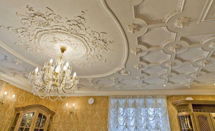 яркое украшение потолка аксессуарами