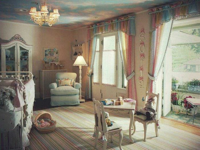 светлое декорирование потолка рисунком