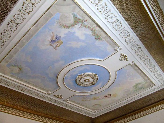 светлое украшение потолка принтом