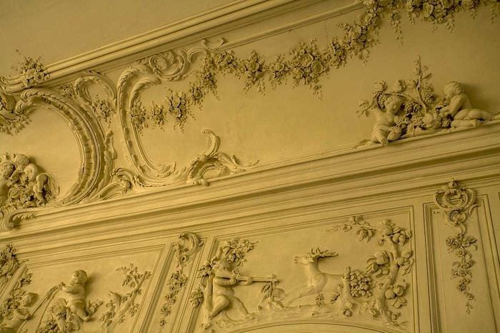 классическое оформление потолка аксессуарами