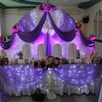 яркое украшение свадебного зала ленточками картинка
