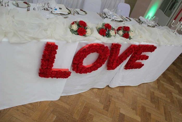красивое декорирование свадебного зала шариками