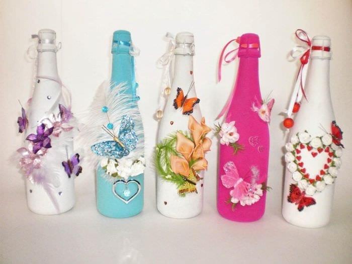 яркое украшение бутылок шампанского декоративными ленточками