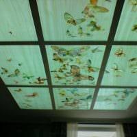 светлое декорирование потолка аксессуарами фото