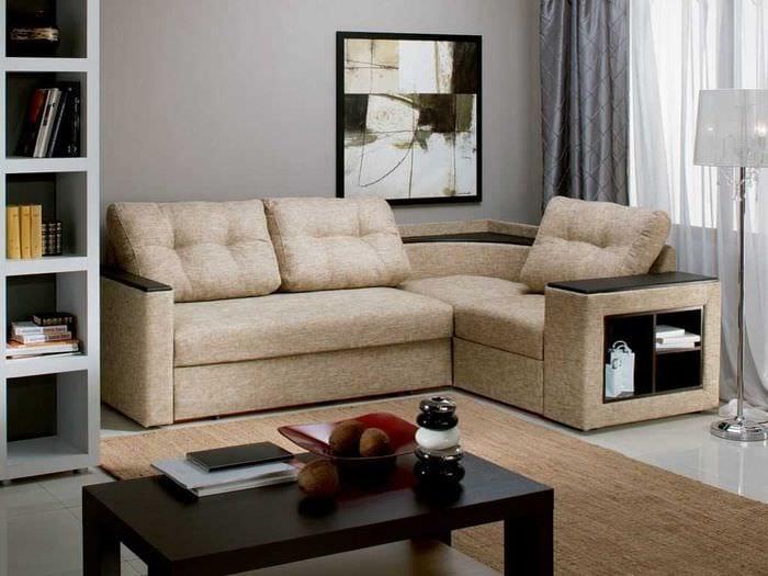 вариант оригинального интерьера спальни с диваном