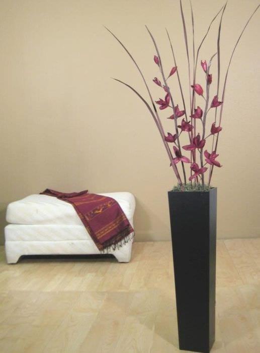 идея яркого дизайна напольной вазы с декоративными цветами
