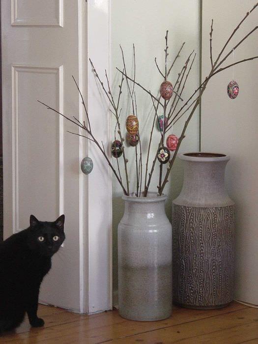 вариант красивого декора вазы с декоративными ветками