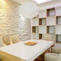 вариант яркого декоративного камня в интерьере комнаты фото