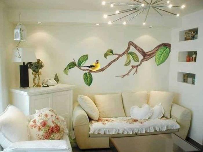 вариант оригинального интерьера квартиры с декоративным рисунком на стене