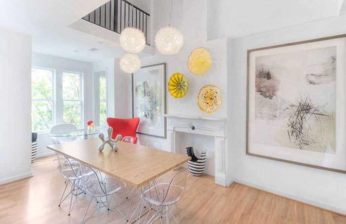 вариант яркого стиля гостиной с декоративными тарелками на стену