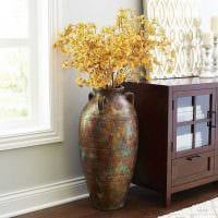 вариант яркого дизайна напольной вазы с декоративными цветами картинка