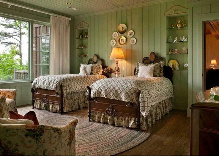 идея красивого оформления квартиры с декоративными тарелками на стену