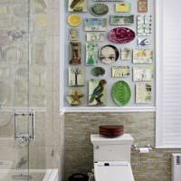 идея современного дизайна комнаты с декоративными тарелками на стену фото
