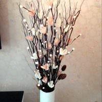 вариант красивого интерьера напольной вазы с декоративными цветами фото