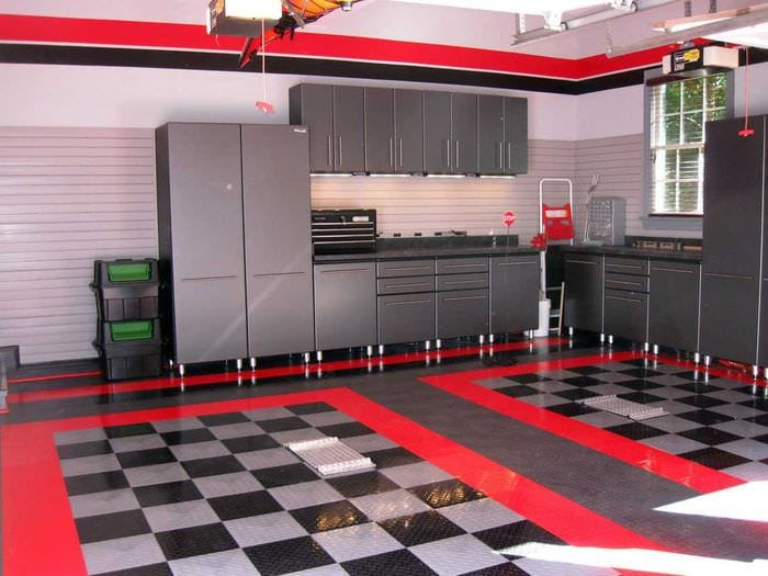 вариант яркого интерьера гаража