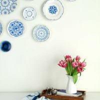 вариант яркого дизайна квартиры с декоративными тарелками на стену фото