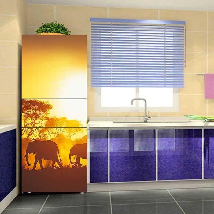 идея необычного декорирования холодильника на кухне