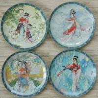 идея современного стиля гостиной с декоративными тарелками на стену картинка