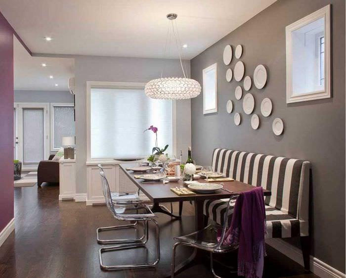 идея необычного дизайна спальни с декоративными тарелками на стену