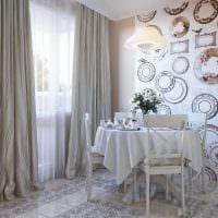идея оригинального интерьера комнаты с декоративными тарелками на стену картинка